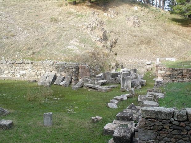 midilli-antik-tiyatro-kalintilari